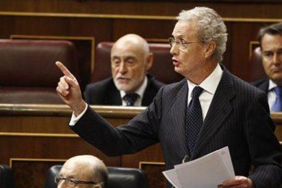 Morenés se pone chulo y manda callar con el dedo a Irene Lozano por preguntarle por el 'caso Zaida'