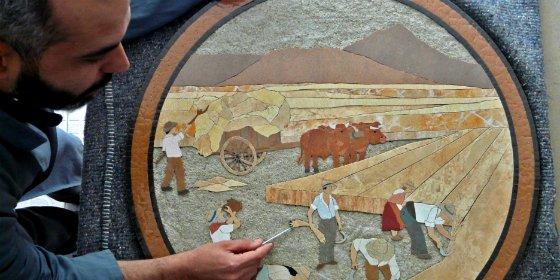 El artesano Santiago Sánchez Junco, colocará cuatro mosaicos en su pueblo, Salorino (Cáceres)