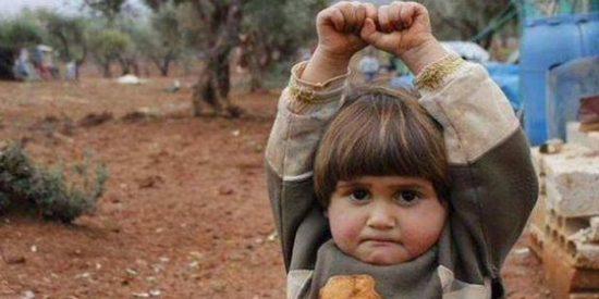 La desgarradora imagen de la niña siria que se rinde ante una cámara