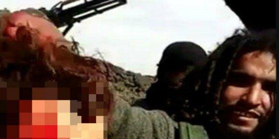 [Vídeo sin censura] El verdugo con rastas que decapita a un 'mercenario de Obama' entre bofetadas