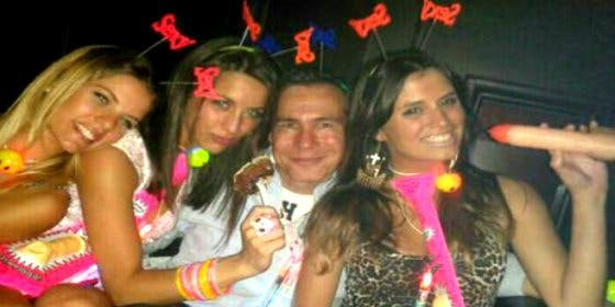 Las fotos de las 'chicas hot' con quienes Nisman salía... y que le han 'robado' del móvil