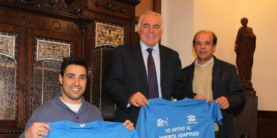 Doble Cristal y el Ayuntamiento de Mérida firman un convenio que promocionará el deporte