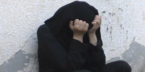 Violada por 7 facinerosos en un coche y condenada... ¡a 200 latigazos por 'indecente'!
