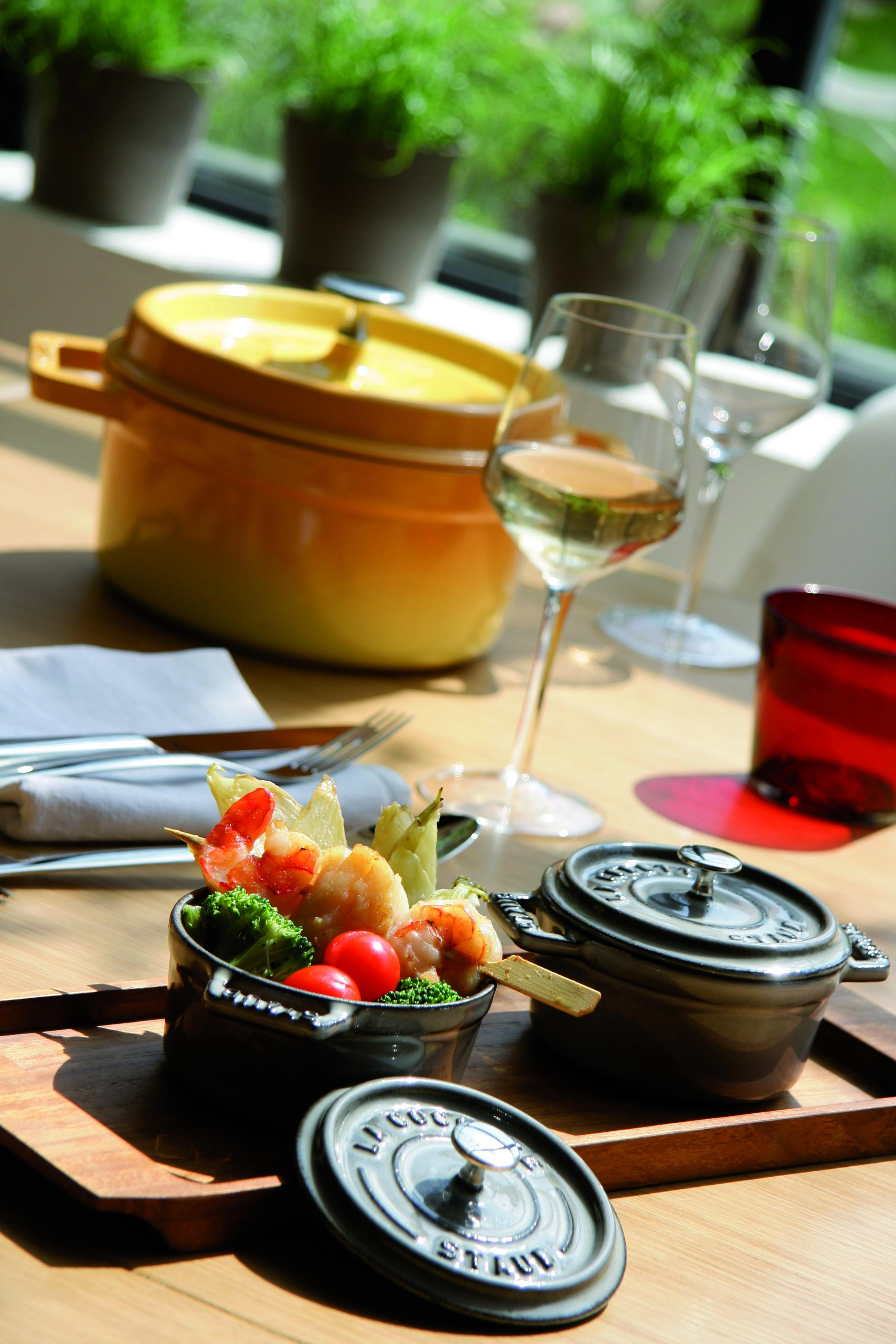 La nueva colección Staub de cerámica y hierro fundido, con fondues, tajines o woks, representa la más alta calidad en fabricación