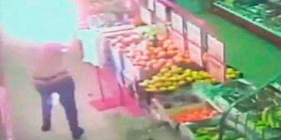 [Vídeo del crimen] Así prende fuego un borracho a su esposa en el supermercado