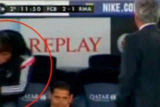 Monumental cabreo de Vecchi, el entrenador de porteros del Madrid , con Casillas tras el segundo gol del Barça