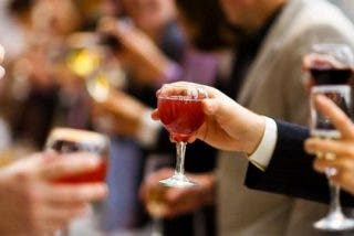 Expertos sanitarios insisten en los efectos positivos de mantener el vino en la dieta
