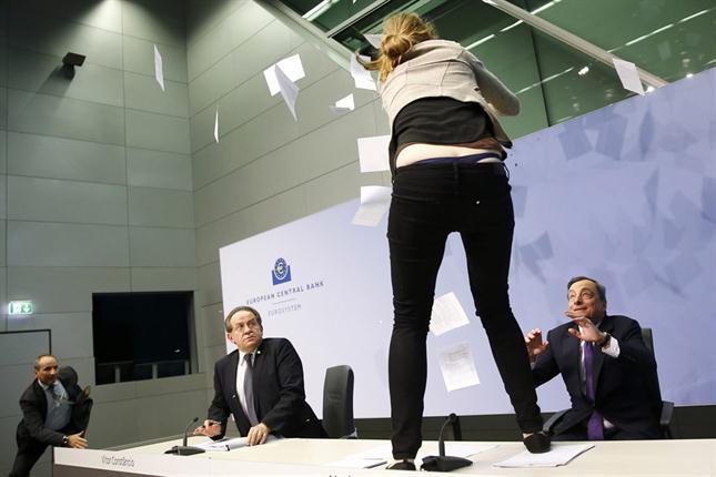 La chalada que le da un susto de muerte a Draghi durante la reunión del BCE