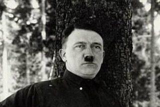 La foto de Hitler marcando paquete en plan hortera y que le avergonzaba