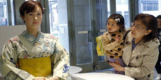 La nueva recepcionista de unos grandes almacenes en Tokio es una androide nada respondona