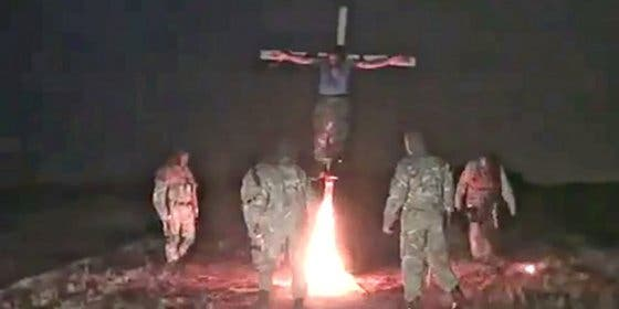 [Vídeo sin censura] Los nazis ucranianos que crucifican y queman vivo a un prorruso