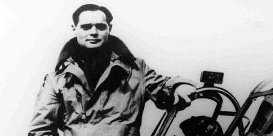 La historia del piloto sin piernas de la RAF que hacía que los nazis se fueran patas abajo