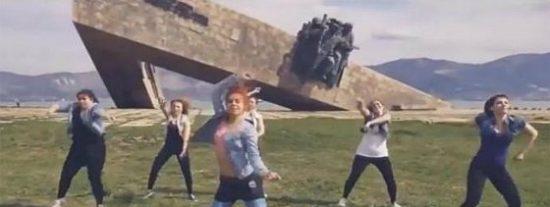 [Vídeo] Estas rusas han acabado en la cárcel por menear el culo... junto a un memorial de la II Guerra Mundial