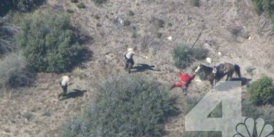[Vídeo] El hombre huye en un caballo robado y la Policía le da una paliza