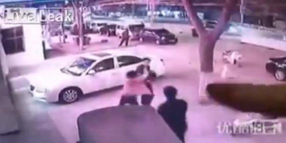 [Vídeo] Así mata una celosa a su marido de varias puñaladas en el corazón