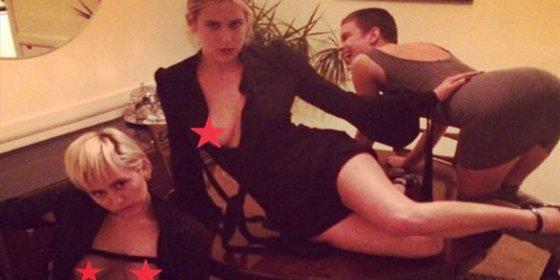 Las fotos de los juegos eróticos de Miley Cyrus con las hijas de Demi Moore