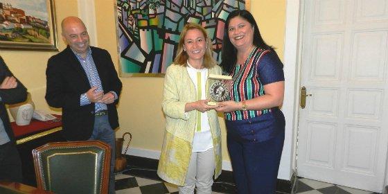 La alcaldesa de Cáceres recibe a la nueva presidenta del C.P Cacereño