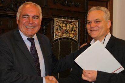 El alcalde de Mérida entrega las llaves de un local a la Junta de Cofradías