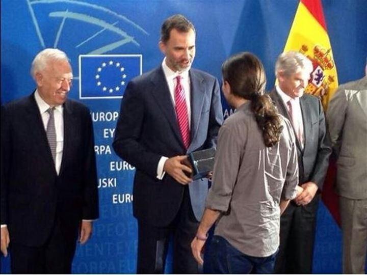 Pablo Iglesias le regala la serie 'Juego de Tronos' a Felipe VI