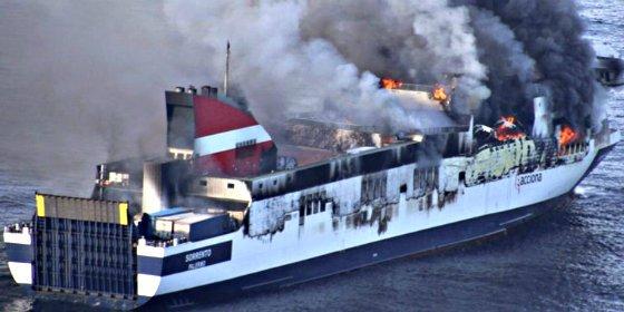 El ferry que se incendió cerca de Mallorca sigue en llamas en medio del mar