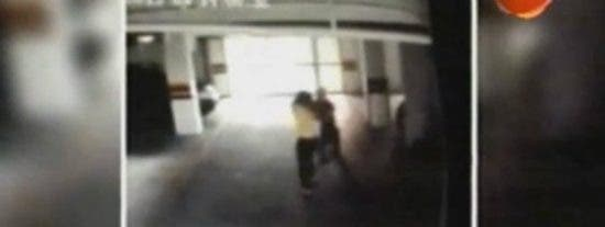 """[Vídeo] Así le da de patadas a su novia el asesor de un político: """"¡Por perra!"""""""