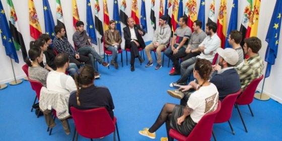 Monago mantiene un encuentro con grupos de cultura urbana