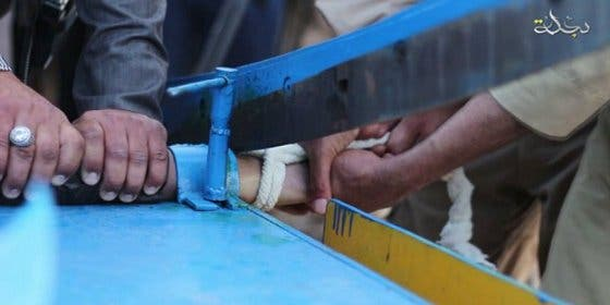 La amputación de la mano a un ladrón con una guillotina 'made in Estado Islámico'