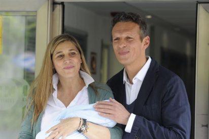 Felices y encantados Joaquín Prat presenta a su hijo a la salida del hospital