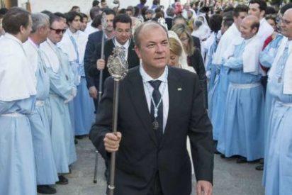 Monago acompaña a la Virgen de la Montaña en su bajada a Cáceres