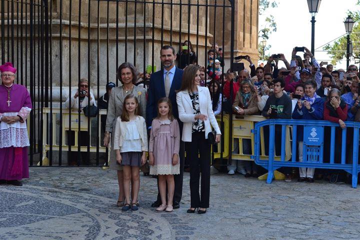 Casi 600 personas aplauden a los Reyes, sus hijas y Doña Sofía en Palma