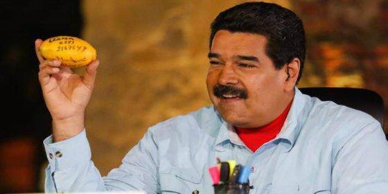 Una venezolana hambrienta lanza a Maduro un mango y da en la cocorota al tirano