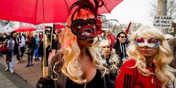 El cabreo de las prostitutas de Ámsterdam por bajarles la persiana de sus escaparates en el barrio rojo