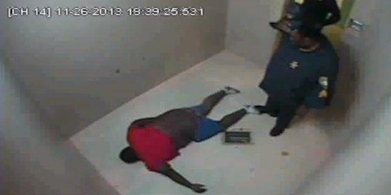 El vídeo de los policías que dejan morir a un detenido por llevar pantalones caídos
