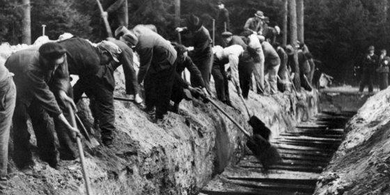 Abren las puertas del infierno: fotos inéditas del campo de extermino nazi Bergen-Belsen