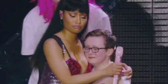 El vídeo del pillo niño llorón que se consuela con las tetas de Nicki Minaj