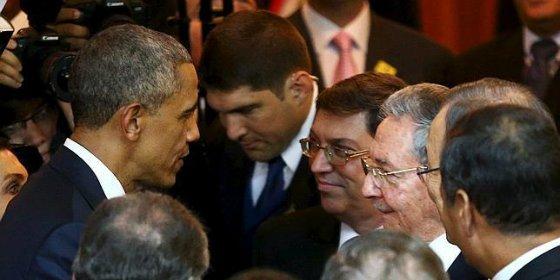 El caluroso apretón de manos entre Obama y Castro deshiela la relación entre ambos países