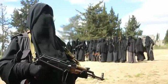 """Así entrenan con sus AK-47 las fanáticas novias de los yihadistas: """"¡Alá es grande!"""""""