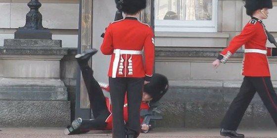 El vídeo de la caída del guardia más patoso en el Palacio de Buckingham