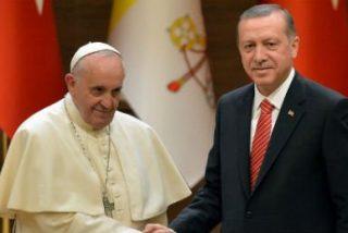 Turquía da un paso más en la polémica y retira a su embajador en el Vaticano