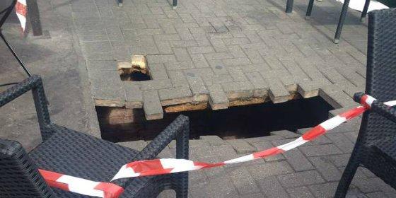 Una mujer 'desaparece' en un agujero de la calle y queda atrapada