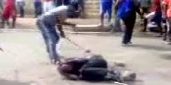 [Vídeo sin censura] Africanos xenófobos matan a palos y pedradas a un inmigrante