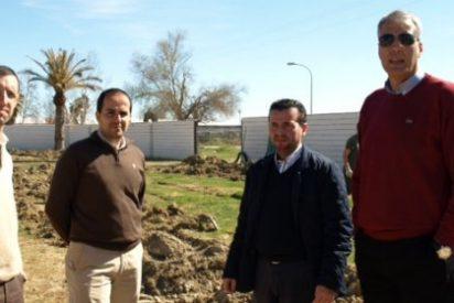 Avanzan las obras de ampliación de la zona verde en las Piscinas Municipales de Moraleja
