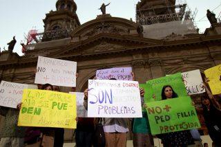 Medio millar de personas marchan en Osorno contra el nombramiento de Juan Barros