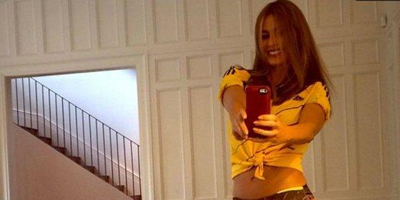 La actriz de 'Modern Family' asegura, en topless, no estar contenta con sus pechos