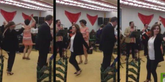 [Vídeo] Así baila sevillanas Soraya Sáenz de Santamaría en la Feria de Abril sin dar un traspiés
