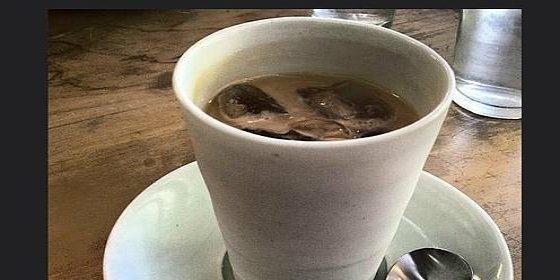 El hombre que se puso a morir por beber 16 tazas de té helado al día