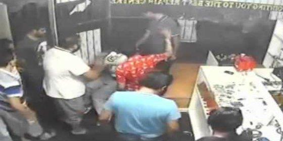 [Vídeo] El ladrón entra a robar en una tienda y una tribu lo muele a palos