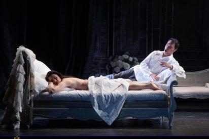 Una Traviata sombría, y deslumbrante al tiempo