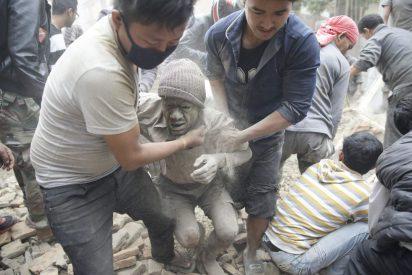 Un tremendo terremoto sacude Nepal, provoca avalanchas en el Everest y causa miles muertos