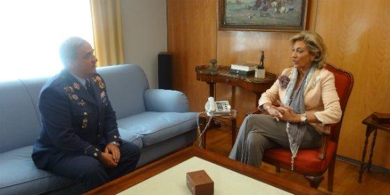 Cristina Herrera recibe al coronel jefe de la Base Aérea de Talavera la Real